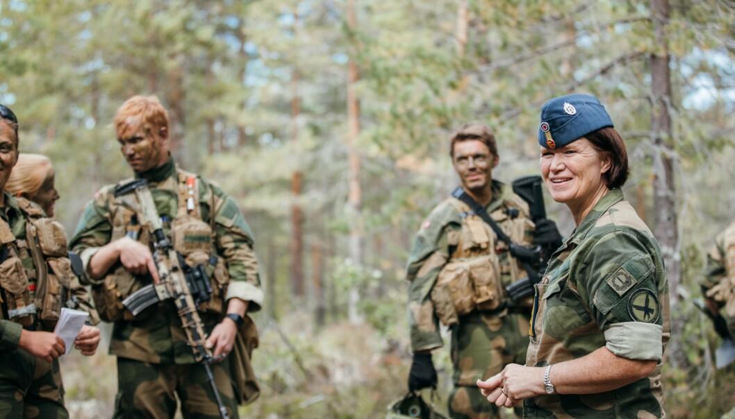 Jeg er selv en del av et synlig mindretall i Forsvaret. Det gjør meg til en dyktigere sjef, skriver Jon Wicklund. Her er sjef Luftforsvaret Tonje Skinnarland sammen med kadetter på øvelse ved Heistadmoen.