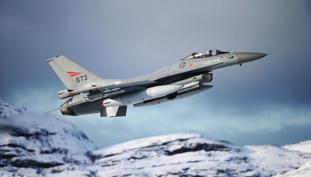DELTOK I SØK: To F-16 jagerfly fra Bodø flystasjon har deltatt i søket etter en savnet sjark. Onsdag fant flyene en tom redningsflåte.