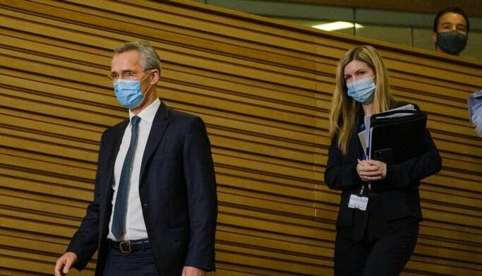 NÆR MEDARBEIDER: Sissel Kruse Larsen er sjelden mer enn et par skritt bak sjefen, Natos generalsekretær Jens Stoltenberg.