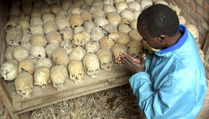 FOLKEMORD: En som overlevde folkemordet i Rwanda ber ved hodeskallene fra en massegrav i Nyamata i Rwanda.
