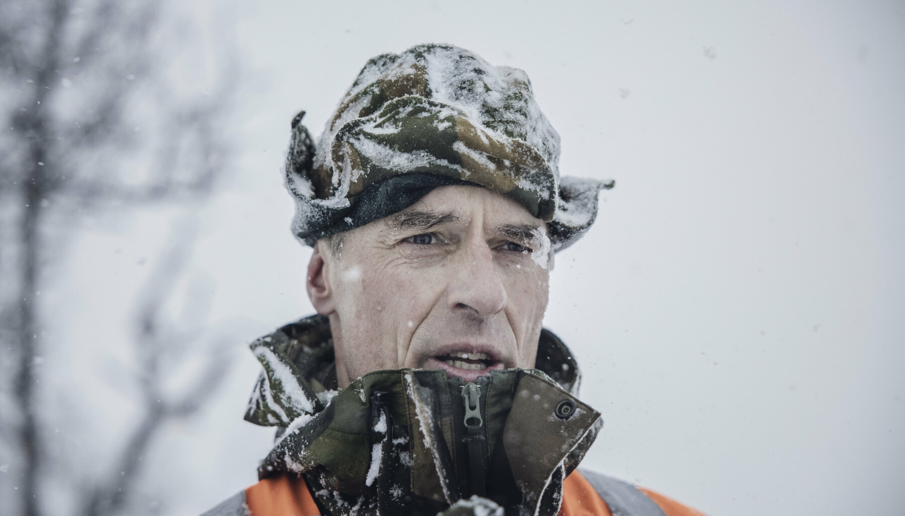 SKRED-EKSPERT: Snøskredvarsler major Morten Bie sørger for at Artilleribataljonen får prøvd seg på realistisk snøskredredning. Selv advarer han mot å legge ut på tur uten å ta med spade, søkestang og sender/mottaker.