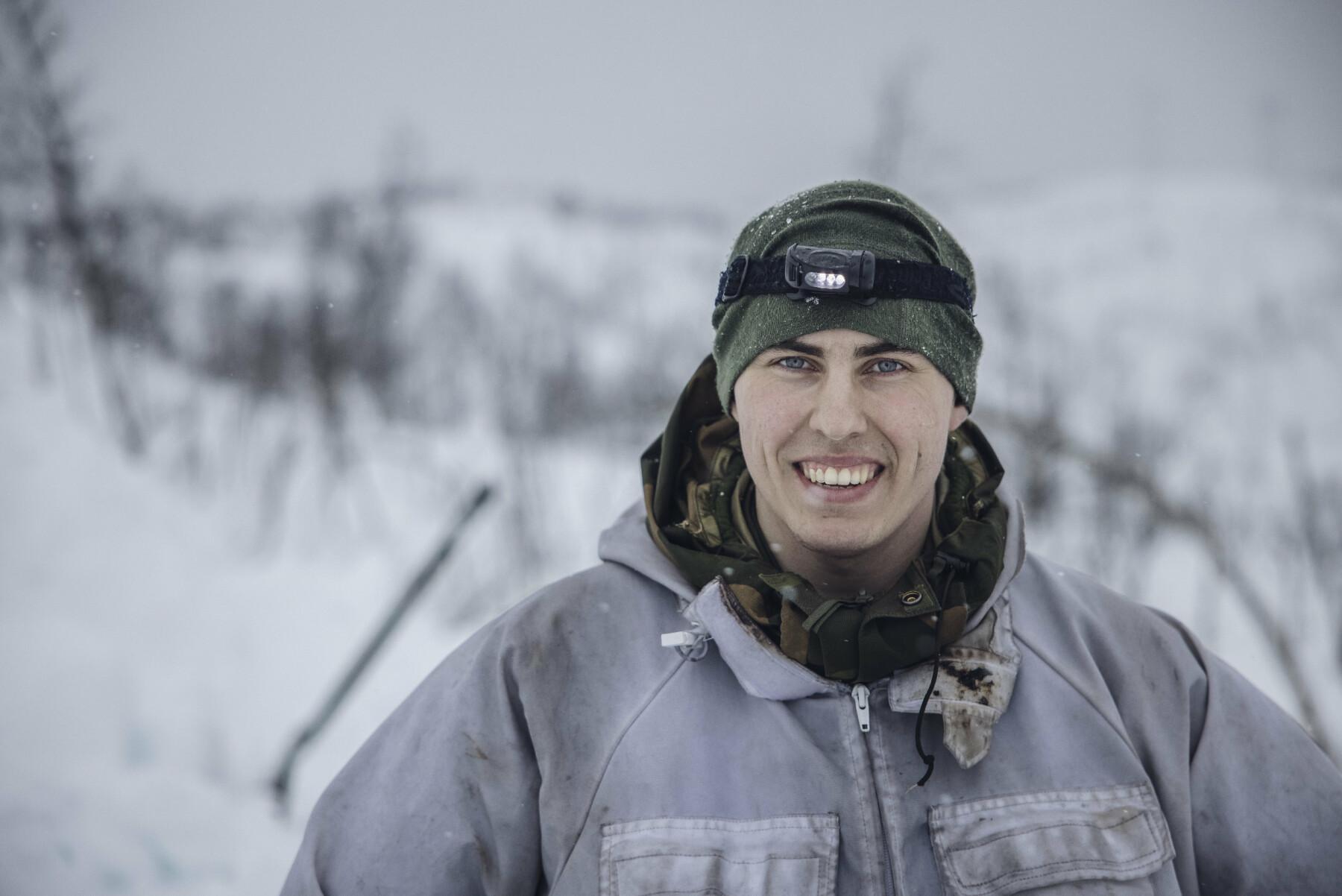 I HUMØR: Menig Albert Kristiansen smilte like bredt både før og etter timene i snøhulen.