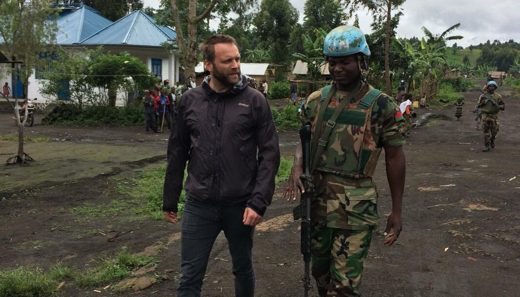Stian Kjeksrud i samtale med FN-soldat på patrulje under feltarbeid i Den demokratiske republikken Kongo.