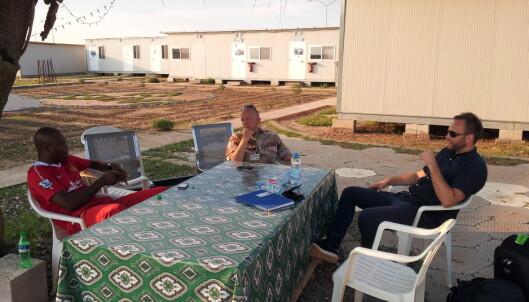 Stian og Oberstløytnant Kjell Pedersen i samtaler med FN-personell i Bor, Sør-Sudan
