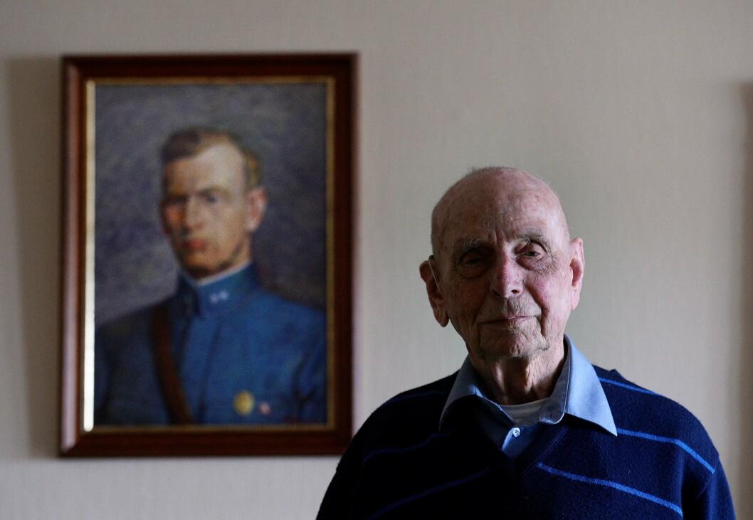 Asbjørn Fjeld foran maleriet av sin far Oskar Fjeld. Faren omkom i tysk fangenskap under 2. verdenskrig.