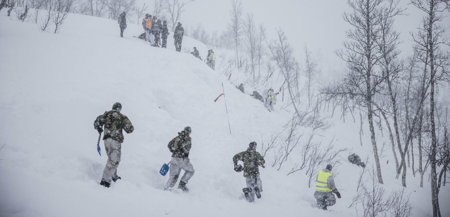 Setermoen, Norge. 20210323 Skredgruppa i Artilleribataljonen løper til for å grave ut vernepliktige under en øvelse. Foto: Odin Jæger, FF