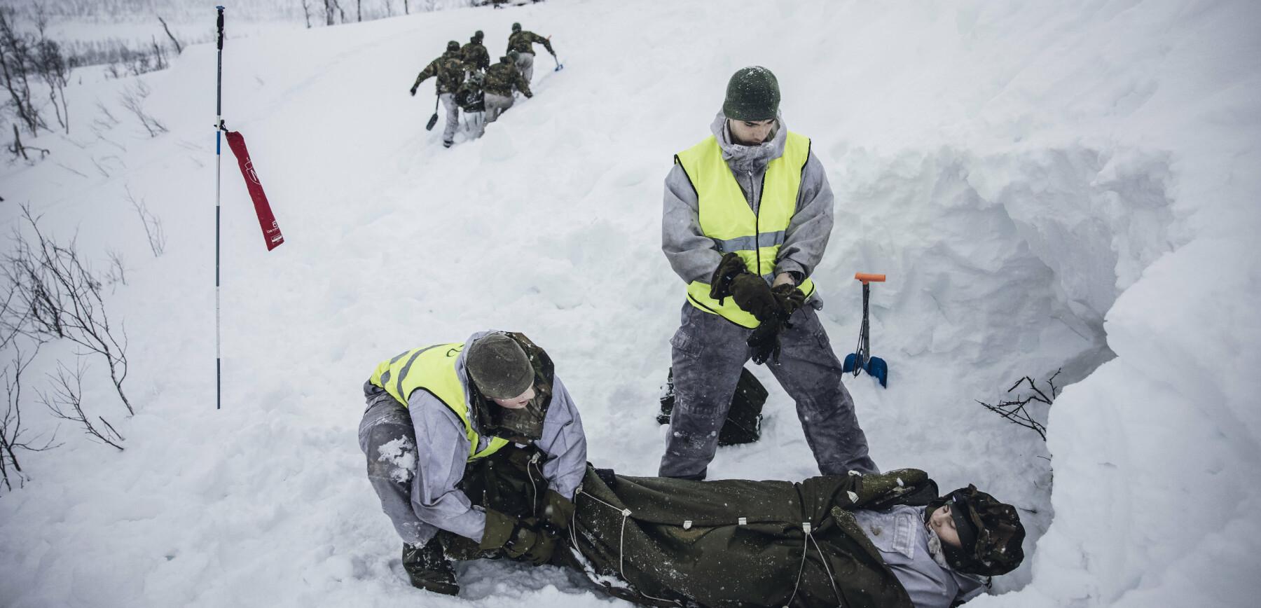 Setermoen, Norge. 20210323 Forsvarets forum ble med på skredøvelse.Vernepliktige Albert Kristiansen fra Sambandsbataljonen var en av de som skulle bli
