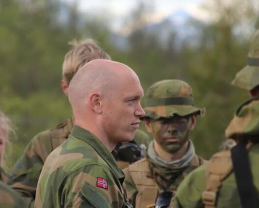 Eirik er Hærens ansikt utad- på øvelse opptar luftmadrassen han sover på halve teltet