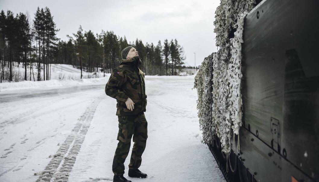 FELT-KLAR: Major Eirik Skomedal slår av en prat med personellet på CV90 før han tar med Forsvarets forum på øvelse med Panserbataljonen rett før påske.