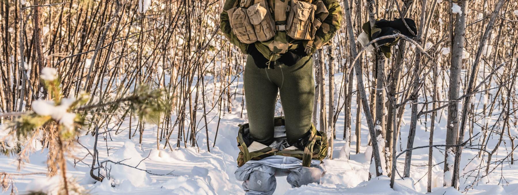 – Til forskjell fra gutta så må jentene av med alle lagene, og ikke bare åpne opp en smekk. Dette sier Lone Lykke Andreassen, visespesialist ved Maritim Helikopterving (tidligere 139 Luftving) i Bardufoss.