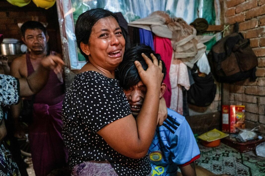 BLODIG: Familiemedlemmer gråter etter at en mann ble skutt i hodet under en demonstrasjon mot de militære kuppmakerne i Yangon, Myanmar lørdag.