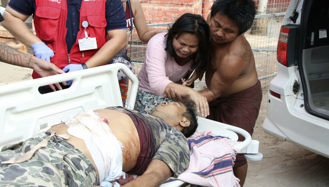 Det er kommet meldinger om over 100 drepte i demonstrasjonene lørdag. Det er høyere enn estimatet fra den så langt dødeligste dagen i Myanmar. Den 14. mars ble mellom 74 og 90 drept. En kvinne sørger over en dem som ble drept i byen Yangon lørdag.