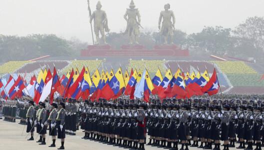Soldater oppmarsjert under paraden i hovedstaden Naypyidaw lørdag.