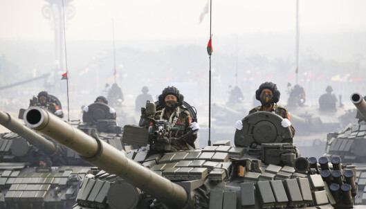 Stridsvogner deltok i paraden på de væpnede styrkers dag i Naypyidaw lørdag.