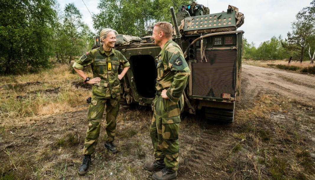 PÅ ØVELSE: Ingrid Gjerde, som den gang i 2018 var stabsjef i Hærstaben, fotografert under et besøk til Telemark bataljon som trente på militære operasjoner i urbane miljøer i Tyskland for å gjøre seg klar til NATO-beredskap, her sammen med daværende sjef for Telemark bataljon, Ole-Christian Emaus.