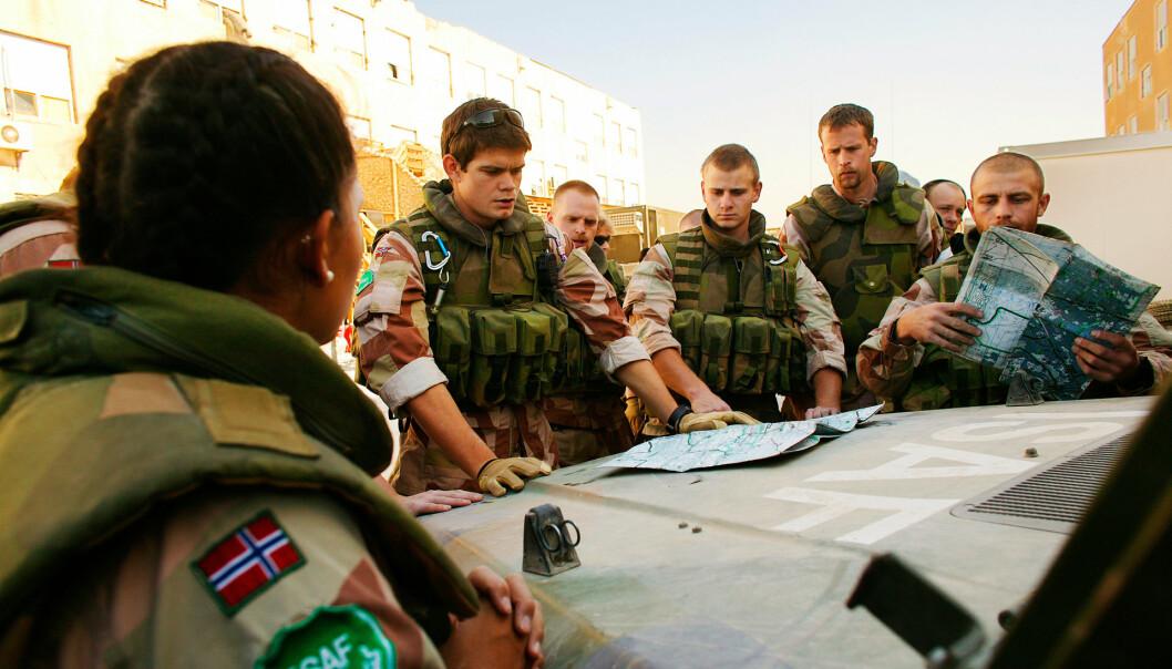 PANSER-BRIF: Lars Jansen (midt i bildet med kart) brifer norske soldater før en patrulje i Kabul.