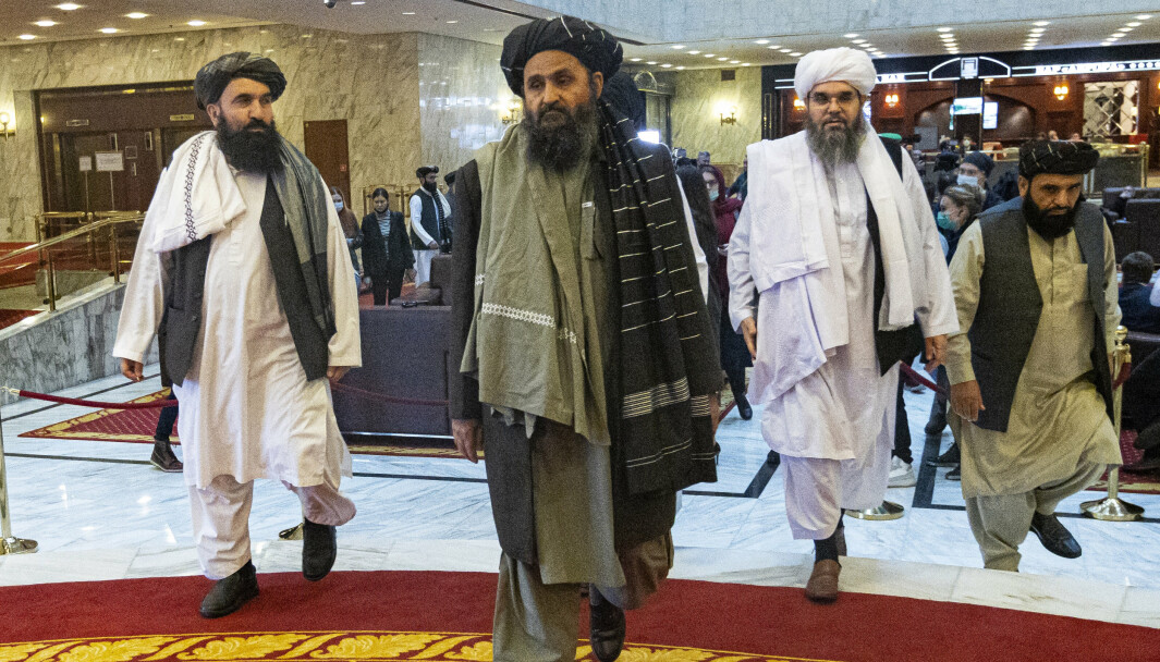 Taliban-medstifter, Mullah Abdul Ghani Baradar, sentrum, kommer sammen med andre medlemmer av Taliban-delegasjonen til en internasjonal fredskonferanse i Moskva, Russland.