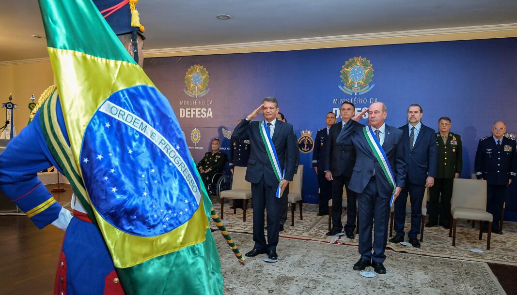 POMP OG PRAKT: Fernando Azevedo e Silva (foran til høyre) under innsettelsesseremonien i januar 2019. Rett bak ham til venstre står Brasils kontroversielle president Jair Bolsonaro.