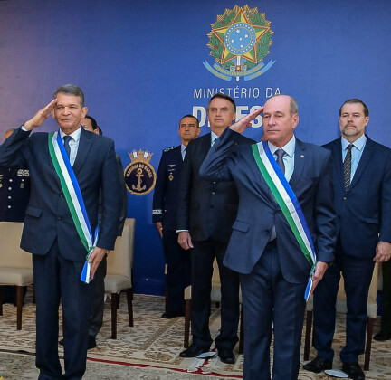 Forsvarsministeren i Brasil går av etter vaksinebråk