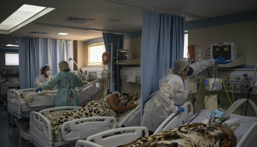 Koronapasienter får behandling på rekke og rad på en intensivavdeling ved sykehuset i Duque de Caxias i Brasil. Helsevesenet er ved randen av kollaps.