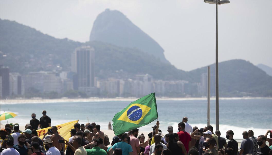 Tilhengere av president Jair Bolsonaro protester langs Copacabana-stranden mot en ti dager lang nedstengning i Rio de Janeiro.
