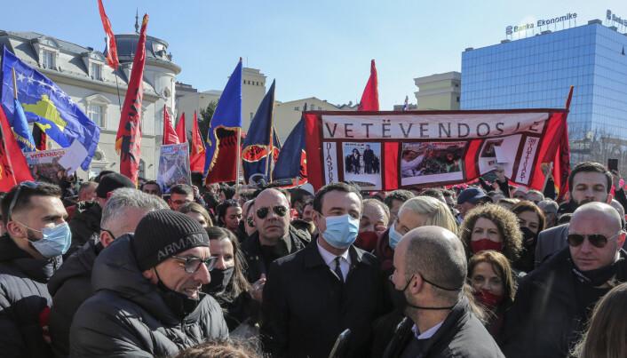 SOSIALDEMOKRAT: Albin Kurti (i midten) under et valgkamparrangement i Pristina 12. februar. Den ferske statsministeren i Kosovo har nordiske sosialdemokratier som forbilder.