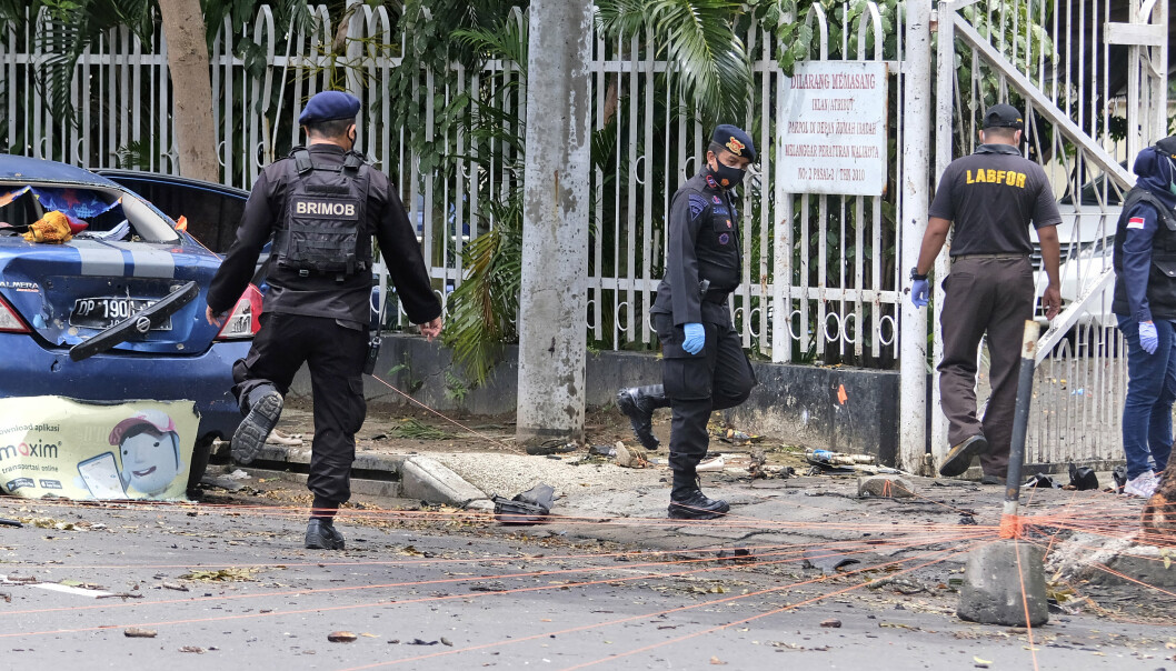 Politibetjenter samler bevis etter at militante islamister tilknyttet IS bombet en katolsk kirke i Makassar, Indonesia.