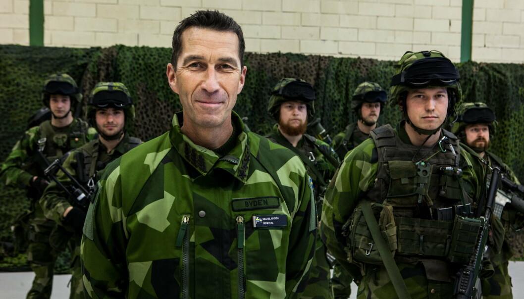 VINNER SVENSKENES TILLIT: Forsvarssjef Micael Bydén sammen med soldater i Karlsborg