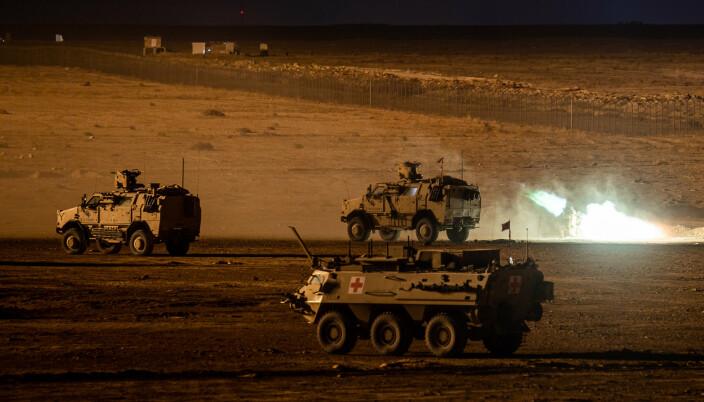 SISU: En pansret ambulanse og Dingo-kjøretøy under en nattøvelse i Irak.