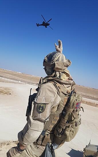 LUFTSTØTTE: Sersjant Sigve Nærø Innselset og et Apache-helikopter i Irak.