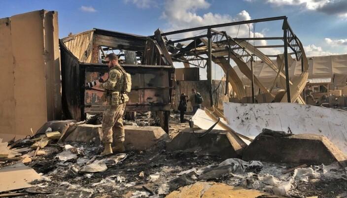RUINER: Amerikanske soldater undersøker skadene inne på basen.