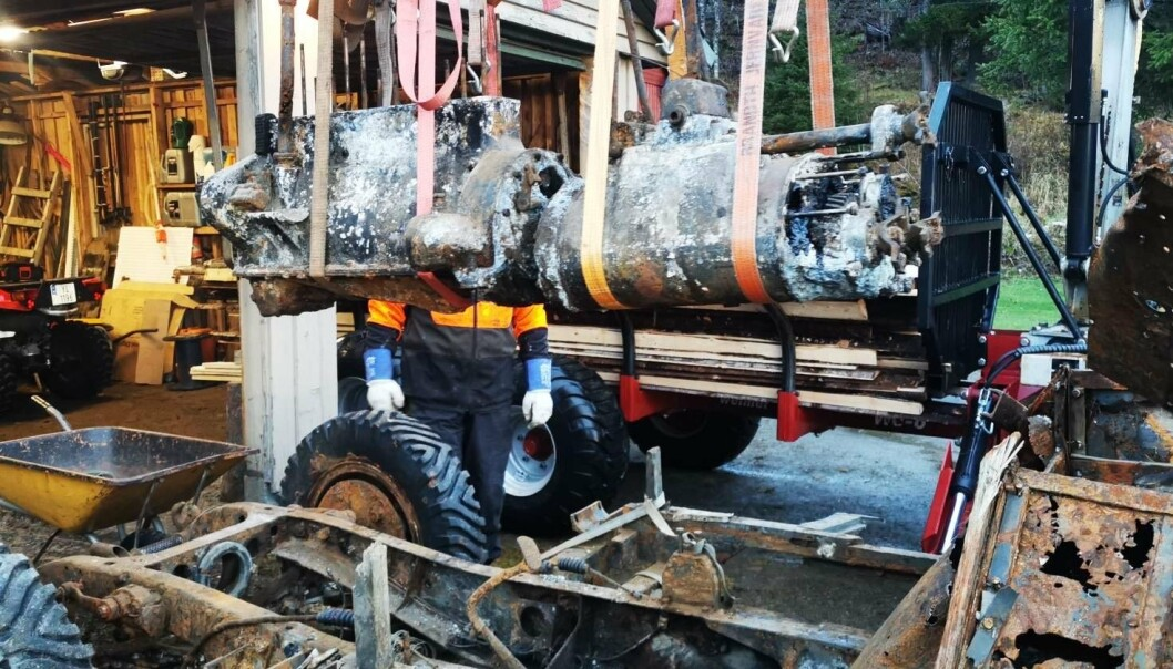 DEMONTERT: Familien Hansen er i gang med å demontere den gamle lastebilen for å få den i kjørbar stand.