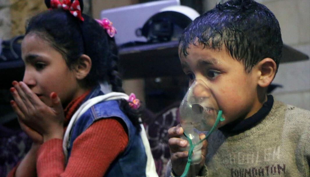 GASSANGREP: Et barn får oksygen etter et giftgassangrep i den da opprørskontrollerte byen Douma, nær hovedstaden Damaskus, 8. april 2018.