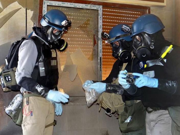 SVENSK EKSPERT: FNs etterforskningsteam fikk komme inn og ta prøver på åstedet for et giftgassangrep utenfor Damaskus i august 2013. Blant dem var den svenske eksperten Åke Sellström.