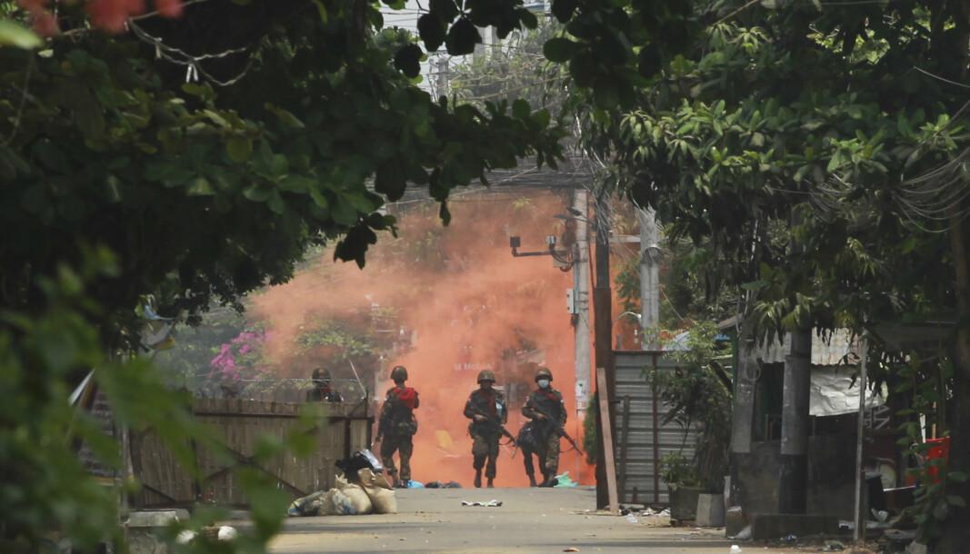 VOLDELIG: Et blodbad er nært forestående i Myanmar, advarer FNs spesialutsending til landet, Christine Schraner Burgener. Her er soldater på vei mot demonstrantene.