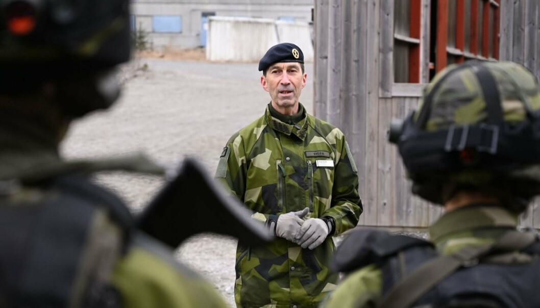 FORNYET TILLIT: Sveriges populære forsvarssjef Micael Bydén får fortsette i tre nye år. Her er han fotografert under et besøk til Livgarden i mars 2021.