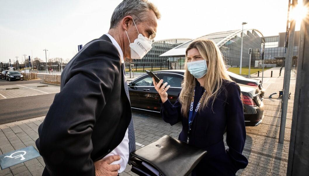 PÅ JOBB: Sissel Kruse Larsen og sjefen, Jens Stoltenberg, under et telefonintervju utenfor Nato-hovedkvarteret i Brussel.