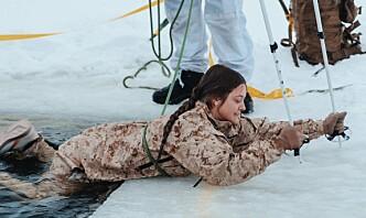 Fra Arizona-ørkenen til iskaldt vann i Norge - Kayla fra US Marine Corps har fått smaken på vafler med brunost