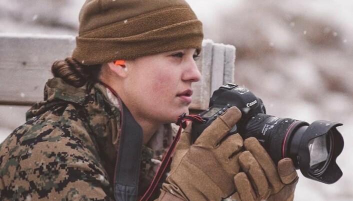 FOTOFERDIGHETER: Kayla L. Olsen på jobb i Nord-Norge, hvor US Marine Corps trener.