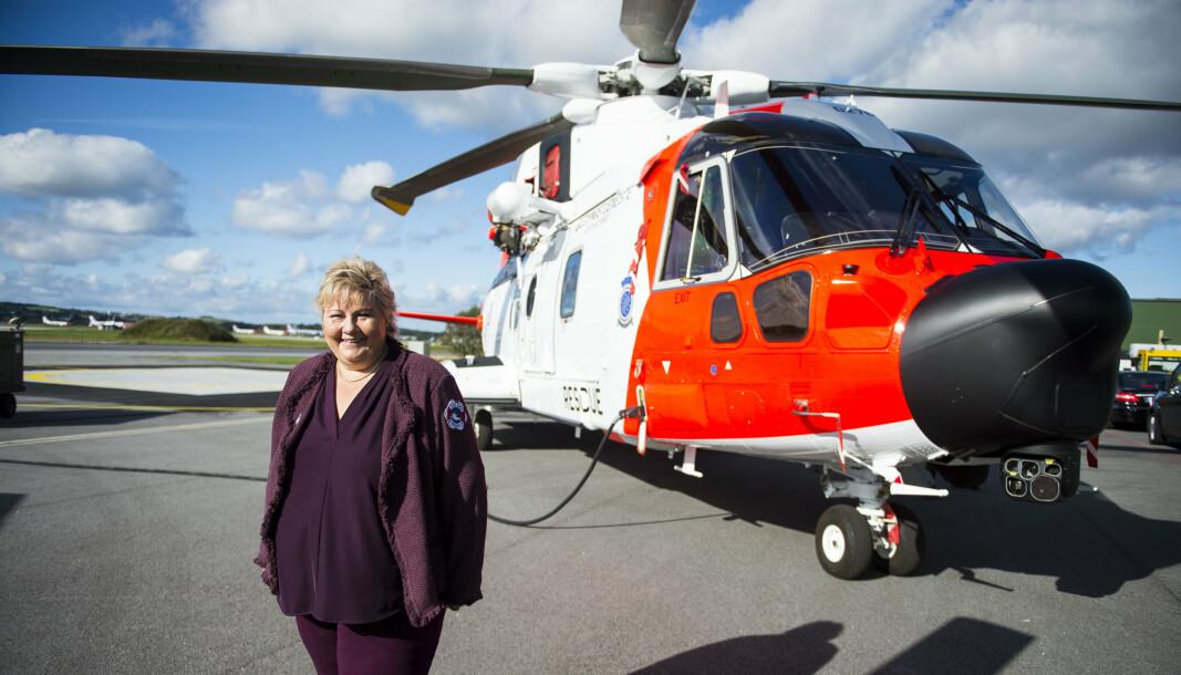 LUFTKAMP: Frp, Sp og Ap mener Forsvaret bør ta over driften så snart det er praktisk mulig. Slik kan basen i Tromsø også betjenes av de nye norske redningshelikoptrene AW101, mener partiene. Her statsminister Erna Solberg (H) foran Norges nye redningshelikoptre AW101.