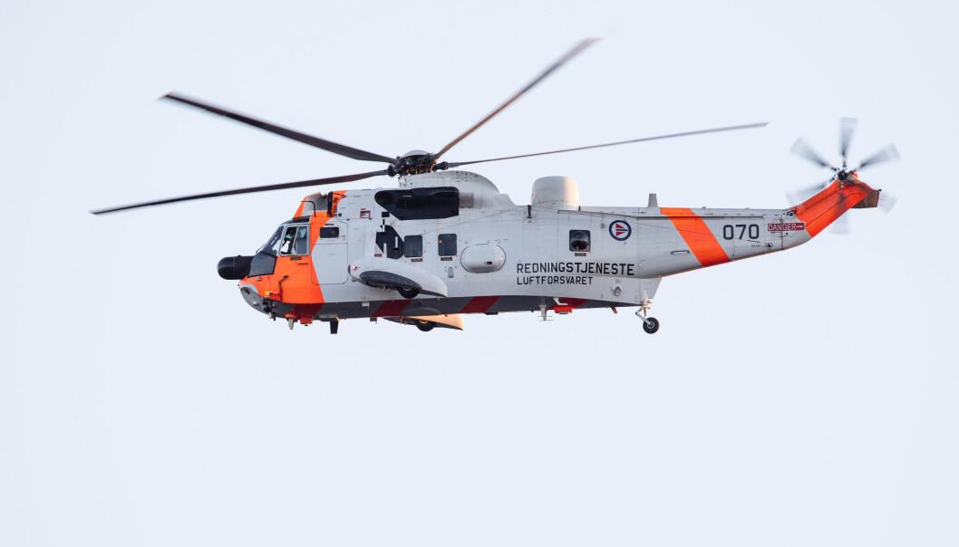 DRIVSTOFF-UTFORDRINGER: Et redningshelikopter som er ved Røst, må fly cirka 100 kilometer til Bodø for å fylle drivstoff etter at anlegget på Røst ble stengt 1. januar.