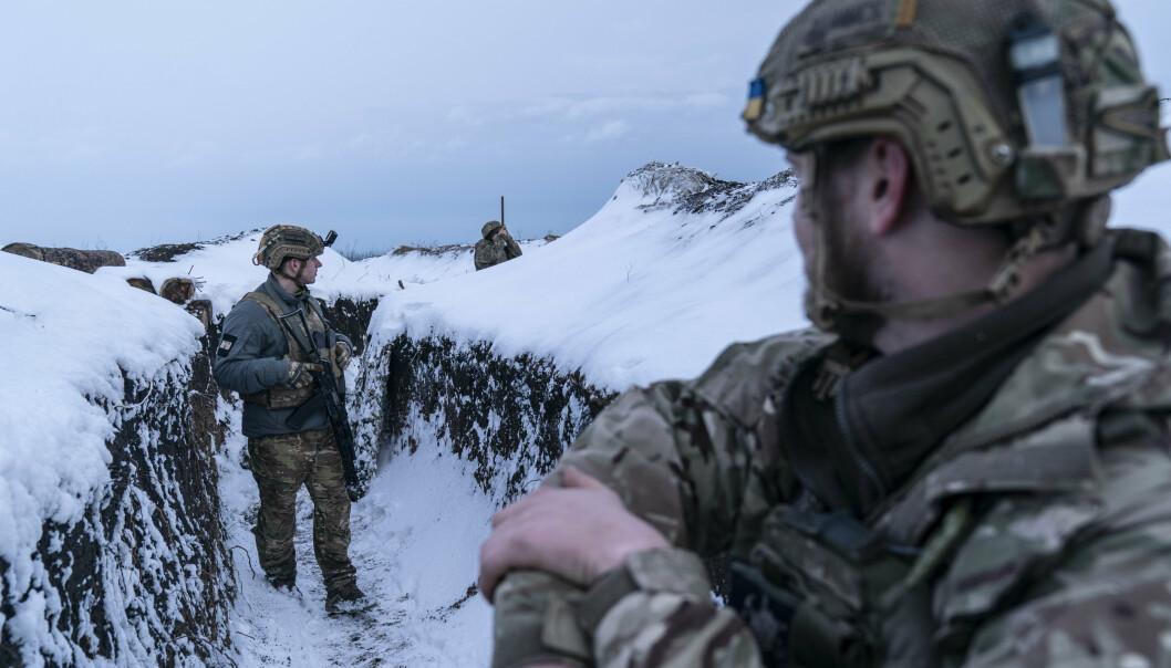 SKYTTERGRAVSKRIG: Ukrainske soldater på patrulje i skyttergravene ved fronten nær Vodiane, 750 kilometer sørøst for hovedstaden Kiev i begynnelsen av mars.
