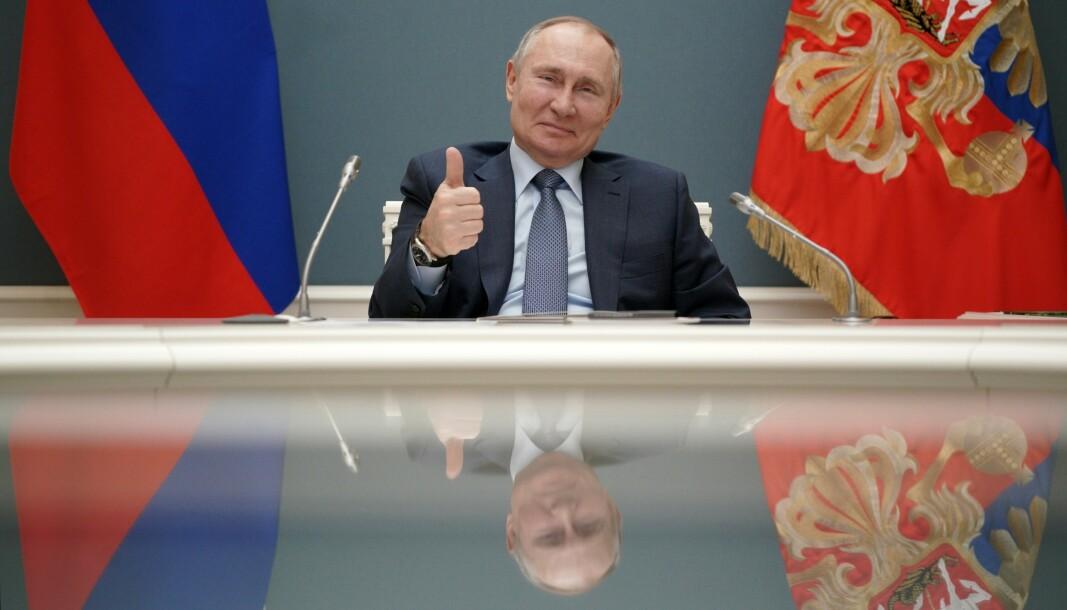 Russlands president Vladimir Putin har undertegnet loven som gir ham mulighet for å fortsette som president til 2036. Bildet ble tatt i forrige måned, under en videokonferanse med Tyrkias president Recep Tayyip Erdogan.