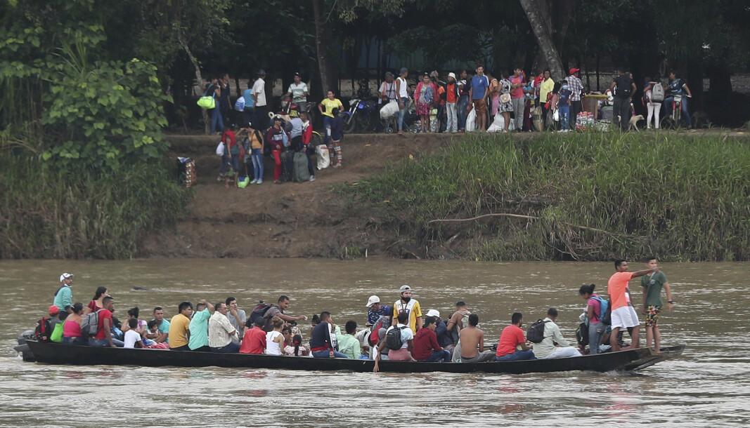 GRENSEN: Venzuelanere krysser Arauca-elven for å nå Columbia. Nå skal flere soldater være drept ved grensen.