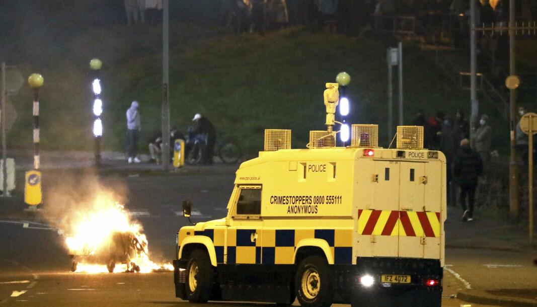BENSINBOMBER: Nordirsk politi ble i påskehelgen angrepet av probritiske demonstranter som er imot tollkontrollen mellom Storbritannia og Nord-Irland etter brexit.