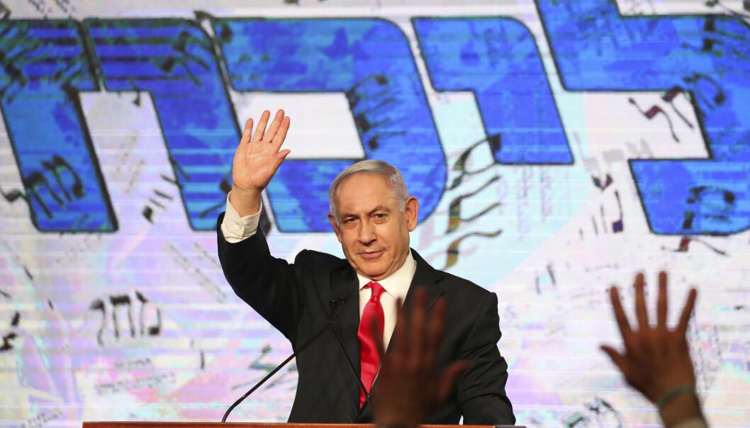 Israels statsminister Benjamin Netanyahu vinket til tilhengere dagen etter valget 23. mars. Netanyahu ble tirsdag utpekt til å lede enda en regjering i Israel.