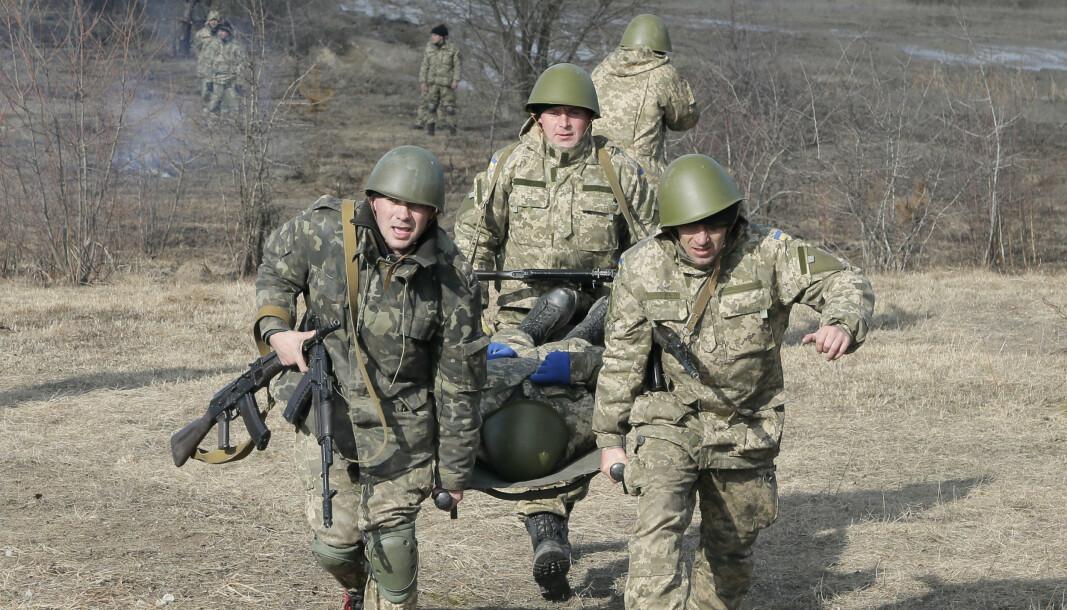 TRENER: Ukrainske soldater under en øvelse i 2015.