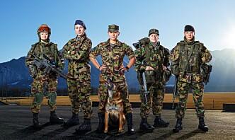 Kvinnelige sveitsiske soldater får dameundertøy