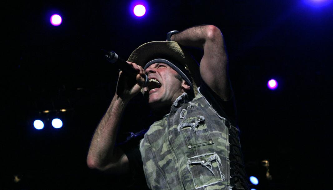 KAMUFLASJE: Bruce Dickinson, sanger i Iron Maiden har ofte vist seg i militært inspirerte klær.