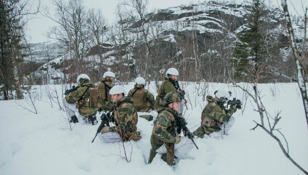 TRENER: Heimevernssoldater øver på ild- og bevegelse i Bjerkvik.